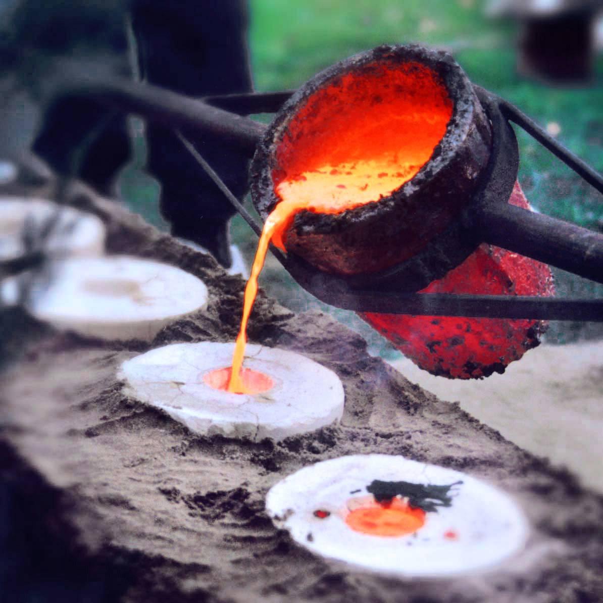 Kärl med upphettat brons hälls i formar