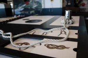 Ett bord med rep och instruktioner för att knyta knopar