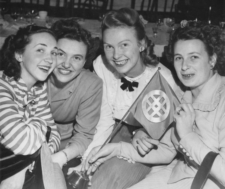 4 kvinnor på ett svartvitt fotografi.
