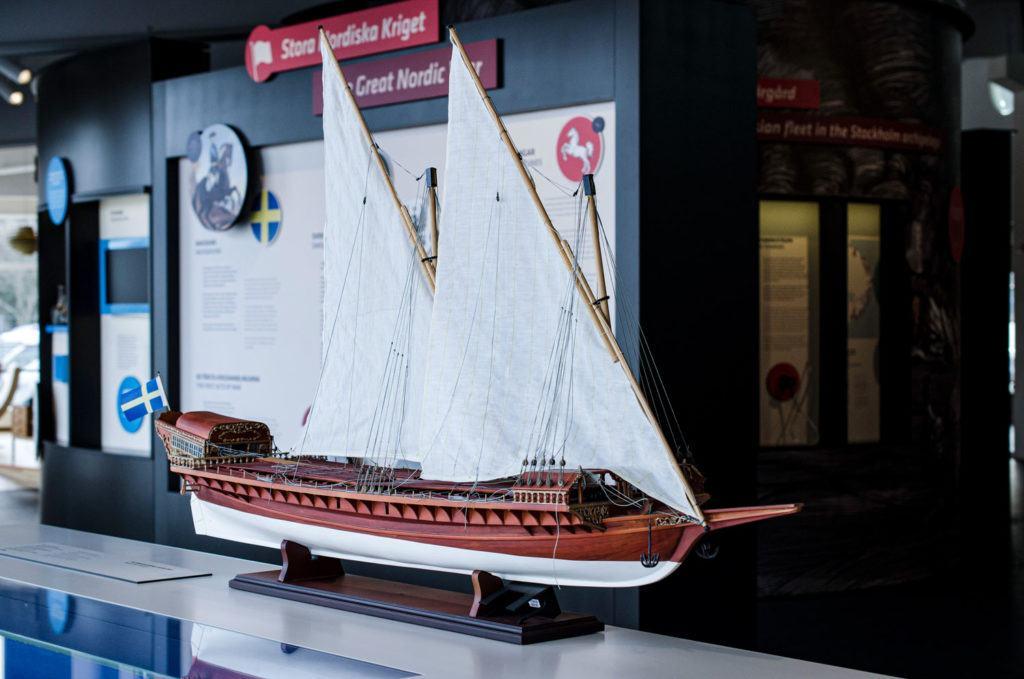 Skepp med två segel i miniatyr.