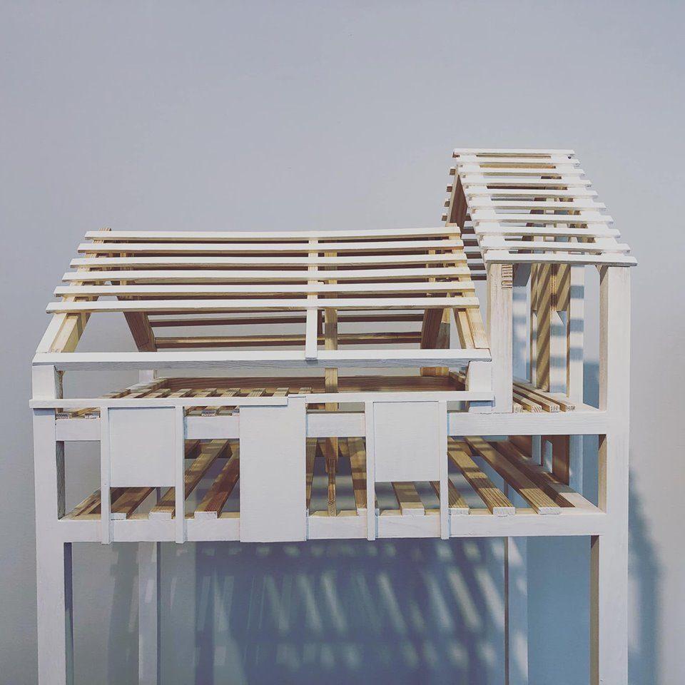 Skulptur föreställande byggnad i ljust trä