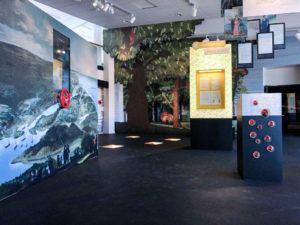 Del av utställning där en stor bataljmålning syns till vänster